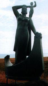 Casting by Ásmundur Sveinsson of a statue of Guðríður Þorbjarnardóttir and her son in Laugarbrekka, Iceland